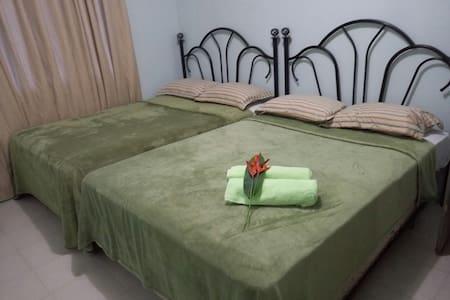 RM 1 share kitchen/living/bath w/ FREE WIFI - Airai - Apartemen