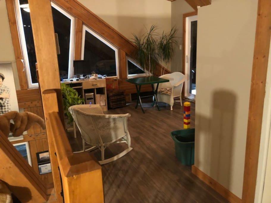 Mezzanine avec porte patio via galerie coté lac, jeux de société, espace bureau