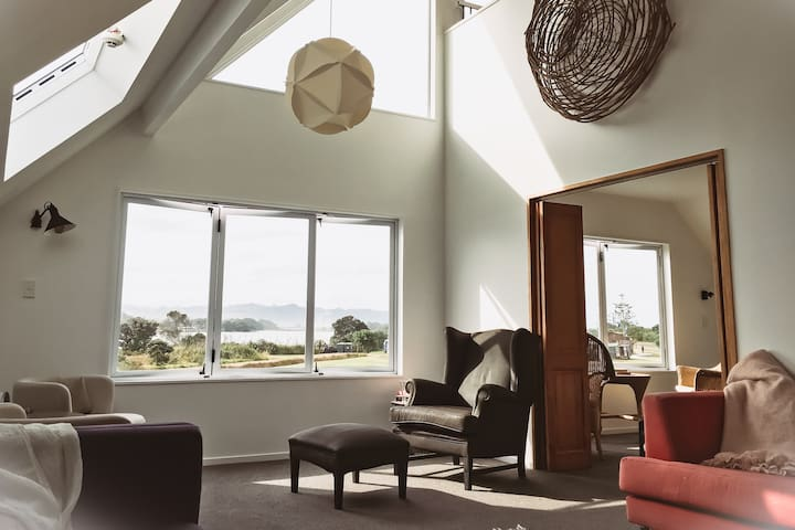 Sleeps 10+, 400m to surf, harbour views at Pio's.