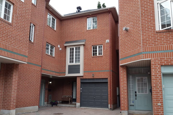 ★ MODERN & CLEAN TOWNHOME ★ DOWNTOWN OTTAWA ★ RARE