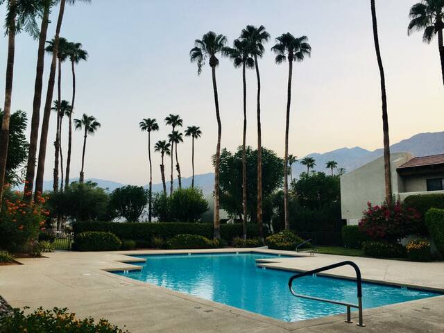 Nice 2 bedrooms condo with pool and mountain view