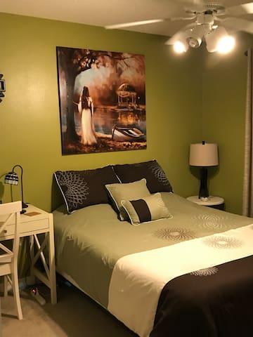 10' X 10' Quest bedroom Tempur Pedic queen bed