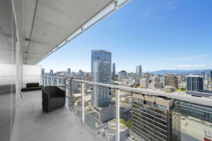 Elegant Luxury in the Heart of Vancouver 2BA/2BR