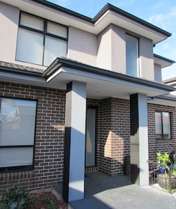 Easy Access to City and Airport - Glenroy - 連棟房屋