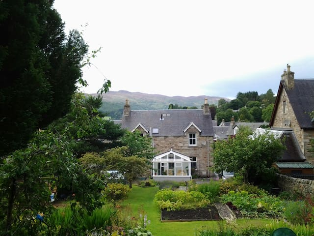 A  quiet room with garden view - Pitlochry