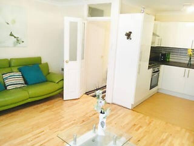 Cosy 2-Bed Maisonette in Oakwood, North London N14
