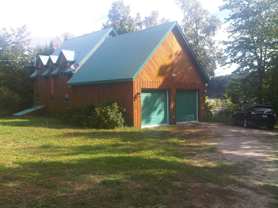 Back of cottage - large soccer, badminton backyard (Arrière du chalet - grand terrain plat)