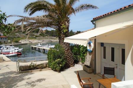 Sunny house near the sea. - Mali Losinj