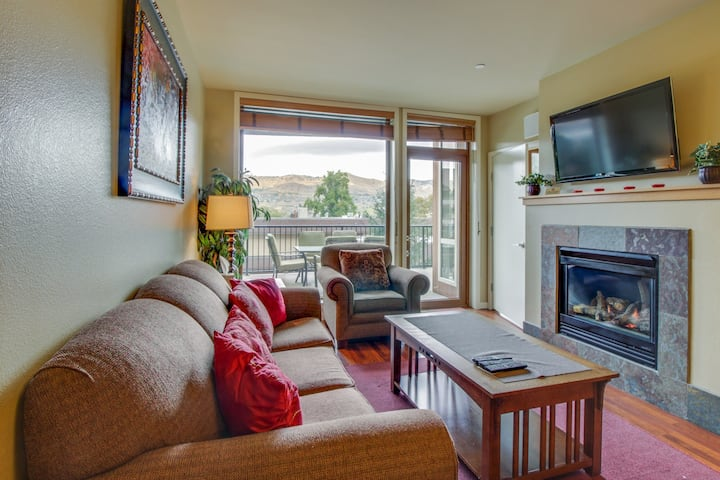 Quiet condo with private balcony, shared hot tub & pool access