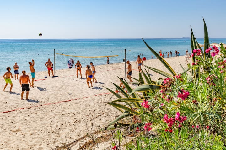 Spiaggia con attività sportive.