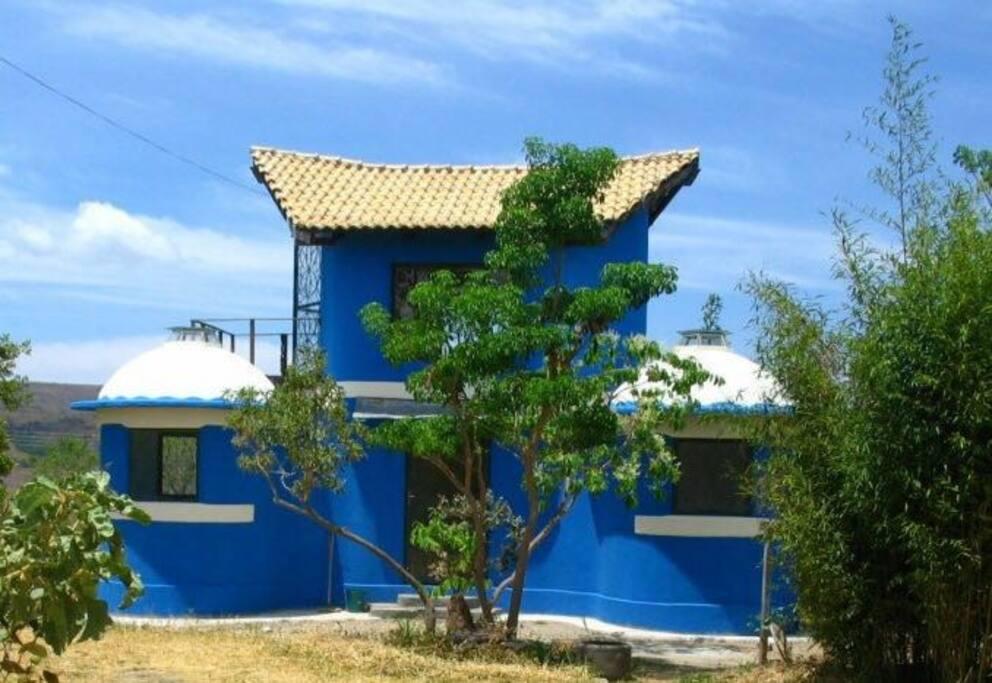 Foto anterior ao crescimento da vegetação destacando as formas sagradas da arquitetura.