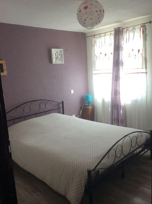 Chambre agréable et calme équipée d'un lit double exposée plein sud.