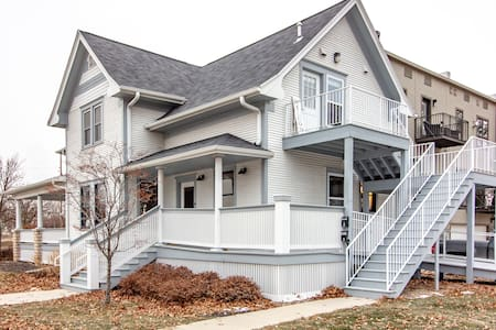 Large bungalow in heart of Newbo! Pets welcome :)