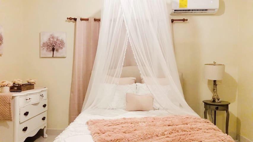 Bedroom with air conditioner and a queen bed, habitación principal con un baño y aire acondicionado