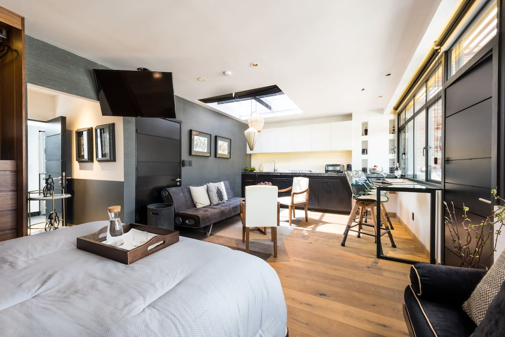 Cozy Bedroom in high end wood  finishes. Big closet in walnut wood with safe box. Smart tv and black out curtains. A private full bathroom in marble.