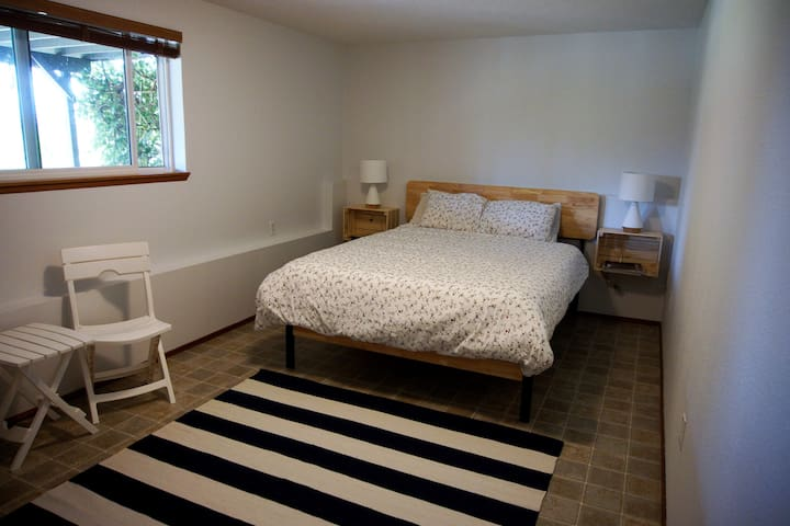 Room in NW Tacoma Home with Olympic Mountain Views