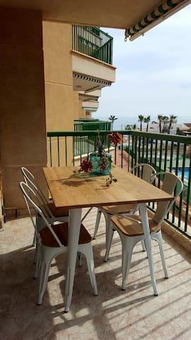 Apartamento acogedor con piscina y vistas al mar