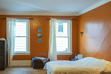 Private Bedroom in Victorian Home (Regent Square) - Pittsburgh - Hus