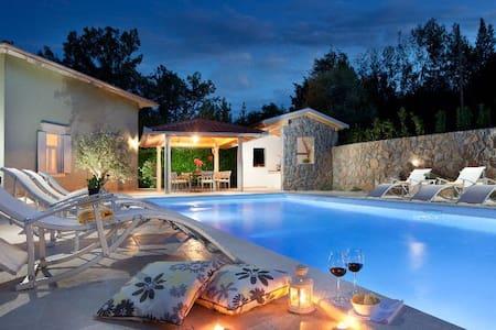 4 Bedroom Luxury Villa w/ Pool and at the Sea - Oprič - วิลล่า