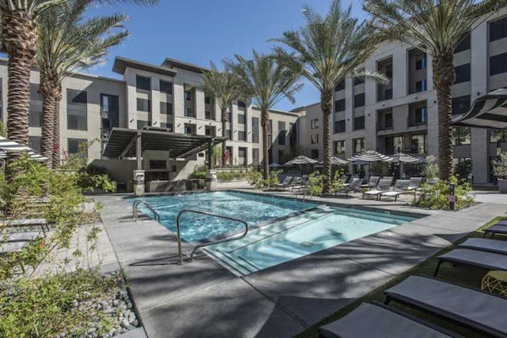 G5➔Executive Apt | Htd Pool | Light Rail | Sleep 6