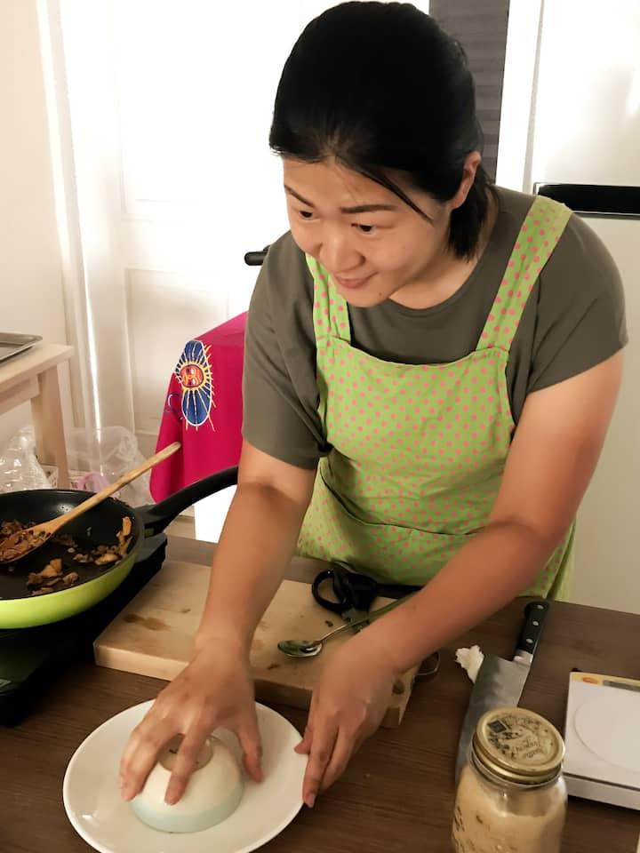 Shaping Kimchi fried rice
