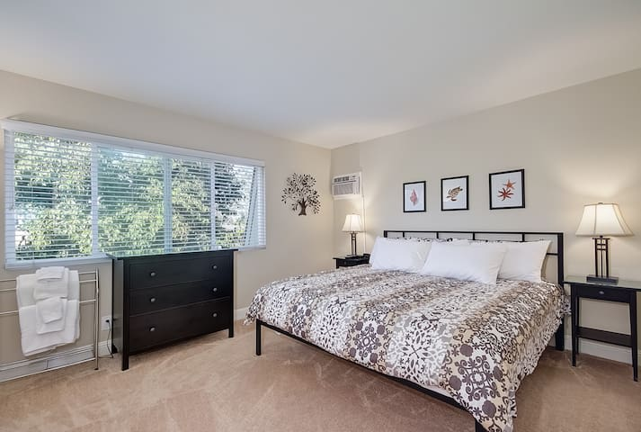 Master Bedroom in Vacation Rental. Near the Beach. - Dana Point - Appartement