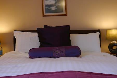 Queen 5 foot bed with en-suite shower room - Hampshire
