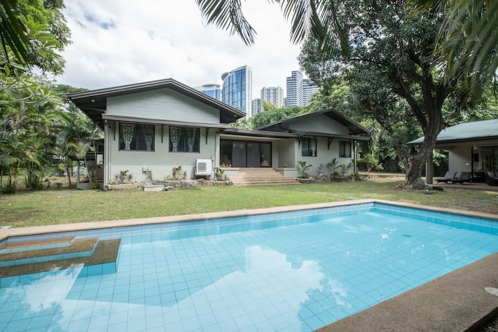 Best Location, Big, Comfy, Pool, Guest House Stay!
