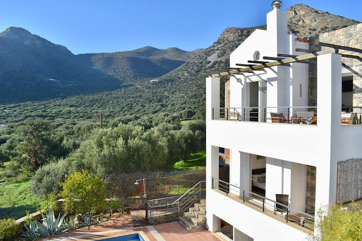 New! Quiet villa, pool, v near village, sleeps 6