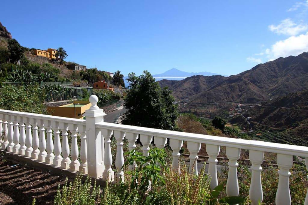 Blick von der Terrasse zur Nachbarinsel Teneriffa