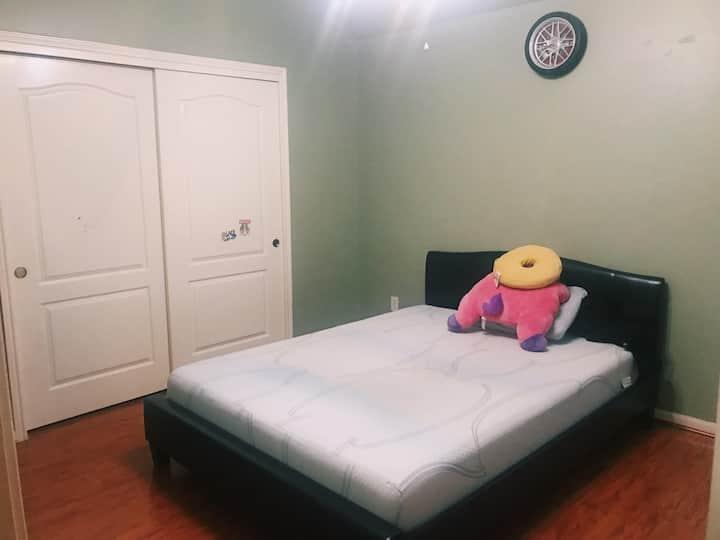 Quiet, Cozy Private Room & Bath -Smart TV-