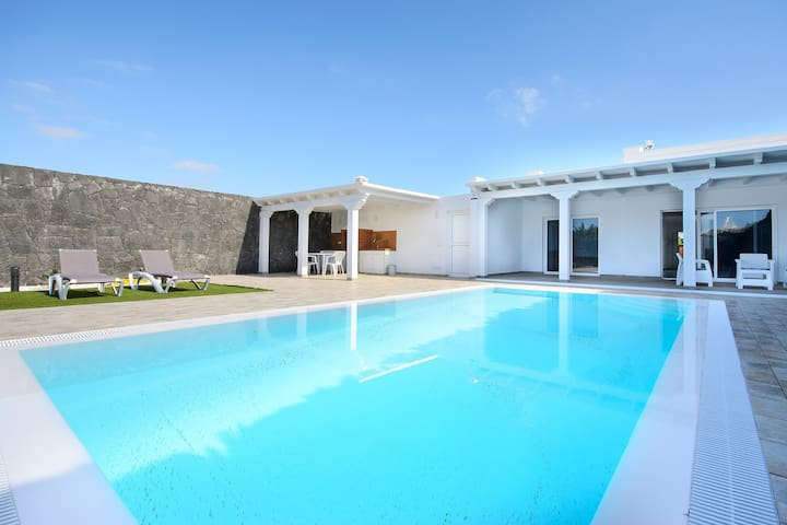 Elegant Villa with Pool, Spacious Terrace, Air-Conditioning & Wi-Fi