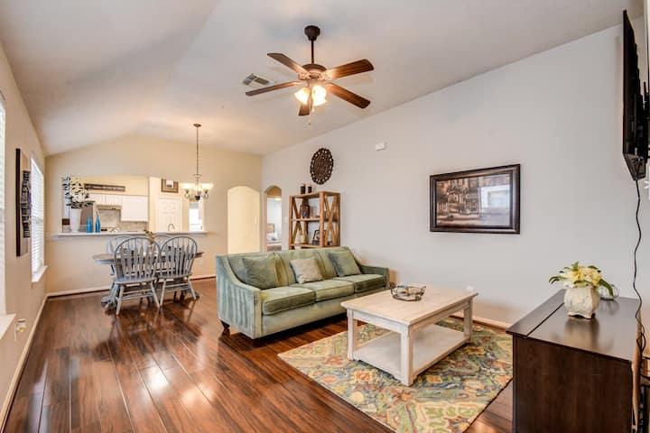 Beautiful well decorated Home Near Sugarland.