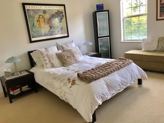 Queen bedroom #2 -UPSTAIRS