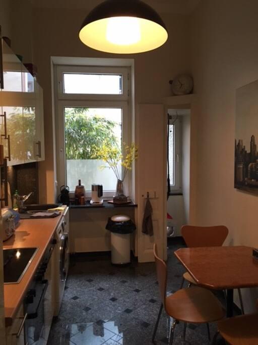 Küche mit Katzendurchgang zum Garten