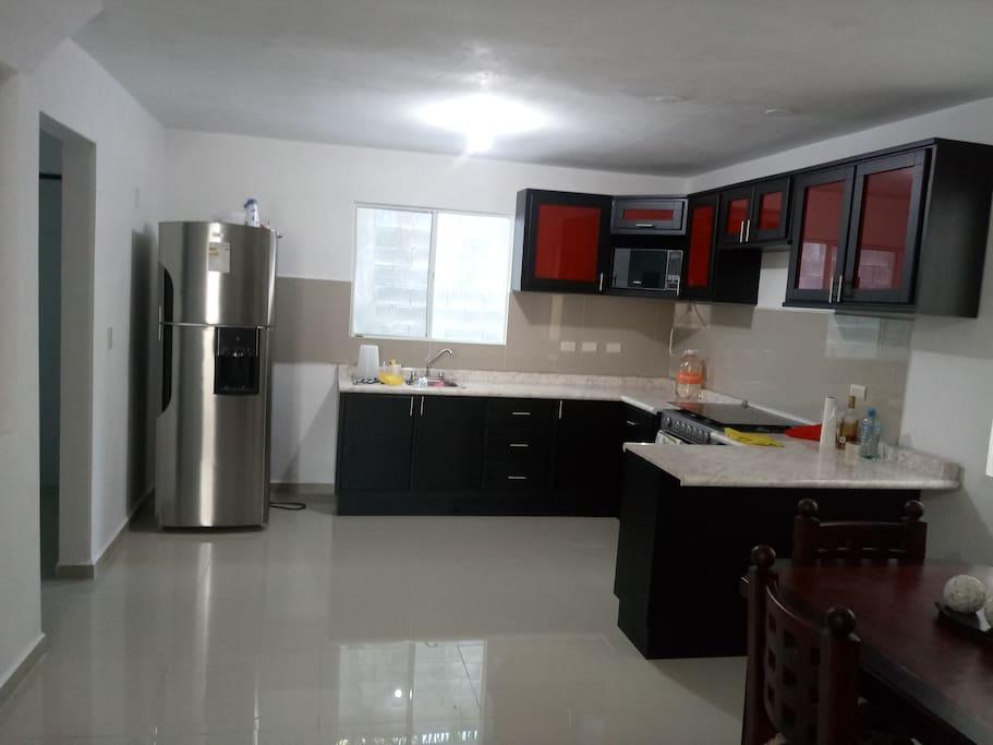 Cocineta con  comedor, refrigerador, microwave