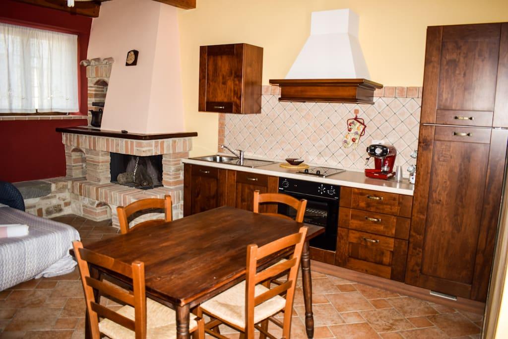 soggiorno cucina con camino