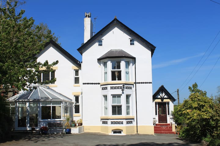 Character house, all bedrooms ensuite.  Sea views. - Benllech - Rumah