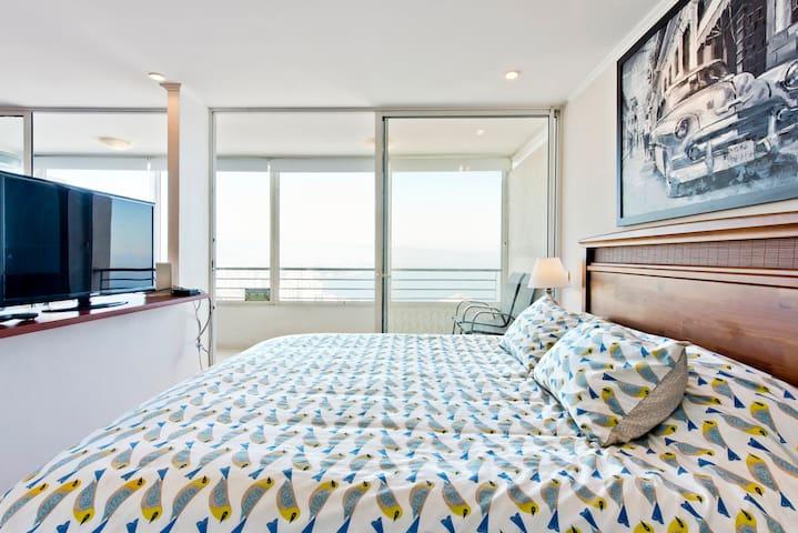 Cama king. Vista al mar desde la cama. Incluye sábanas. Tv cable Wifi Vista despejada al mar desde todo el departamento