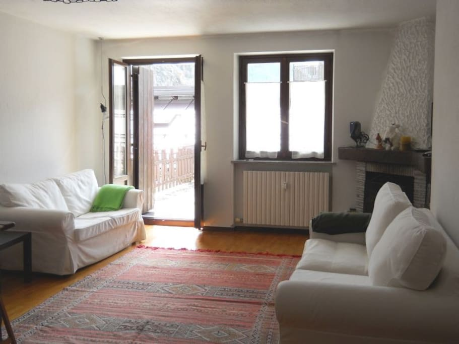 Sala con divano e divano letto e vista sul terrazzo