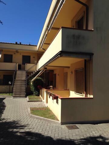 Accogliente bilocale soppalcato - Massa - Apto. en complejo residencial