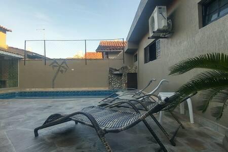 Casa , piscina, churrasqueira, jogos  Praia Grande