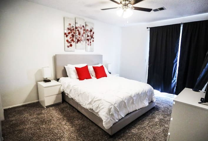 ★Cozy & Affordable★15 min-->Downtown KC & Airport★