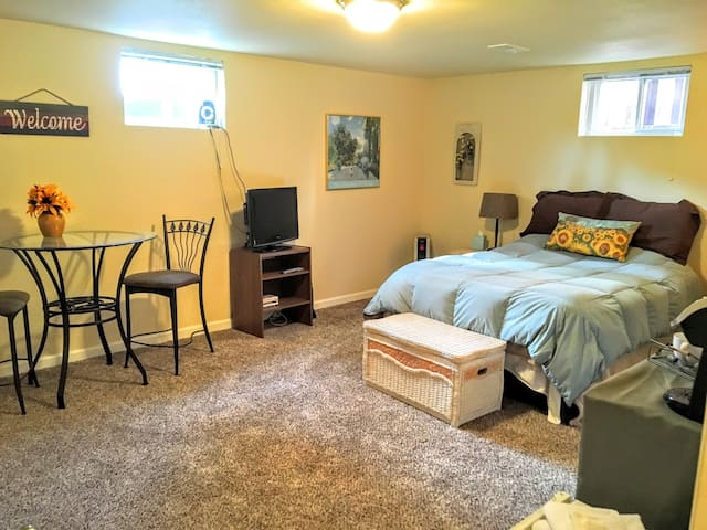 Spacious Private Bed/Bath - Central Location! - Colorado Springs - Casa