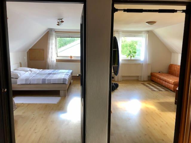 Pokoje jsou v prvním patře. Každý pokoj lze rezervovat i zvlášť, podívejte se na mé ostatní nabídky ubytování.