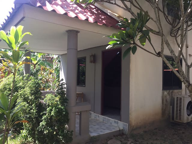 Bungalow with pool, kitchen near long beach R.01