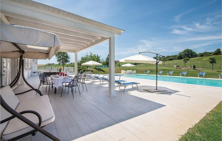 Holiday cottage with 7 bedrooms on 400m² in Montecastrilli