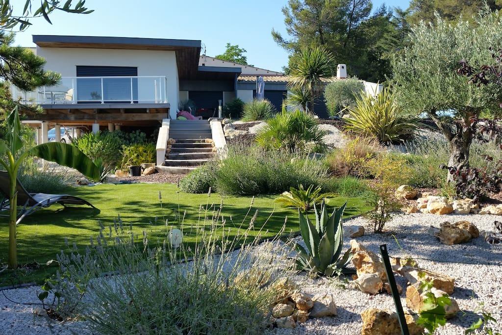 """Jardin """"sec"""" totalement aménagé au pieds des  terrasses piscine."""