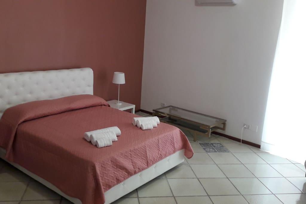 Camera Da letto con balcone sulla centralissima via Atenea