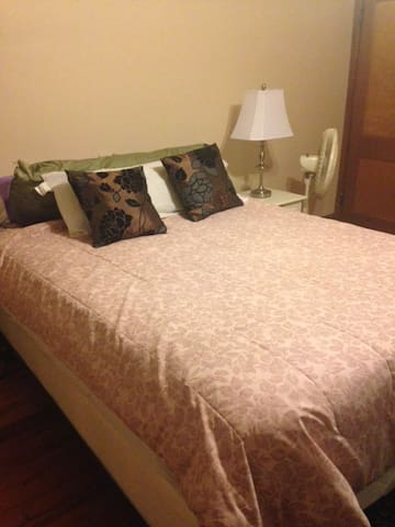 Large room with queen size bed - Reading